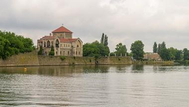 Átment két népszavazási kérdés a tatai Öreg-tó partjára tervezett luxusszállóról