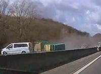 Videó: Majdnem tömegbaleset történt, amikor keresztbefordult egy utánfutós furgon az M1-esen