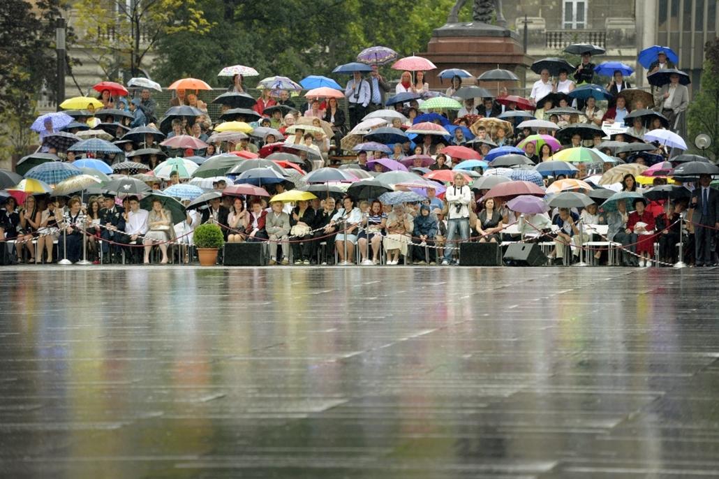 mti. esernyő, eső, vihar, állami ünnepség, 2014.08.20. Budapest