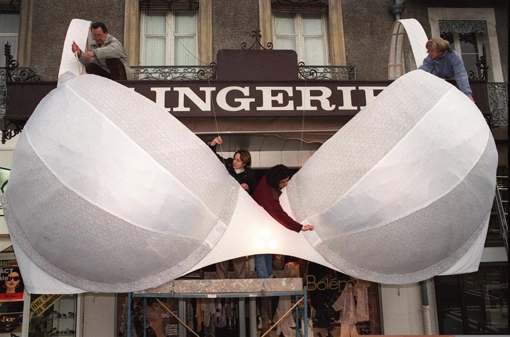 afp.1989.12.21. - Voiron, Franciaország: A Laurence Billon által tervezett gigantikus melltartó egy fehérnemű bolt bejárata előtt a melltartó 100. évfordulója alkalmából - melltartó nagyítás