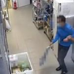 Összevert egy tolvajnak tartott férfit egy vagyonőr és egy biztonsági őr, miközben mindent vett az üzlet kamerája