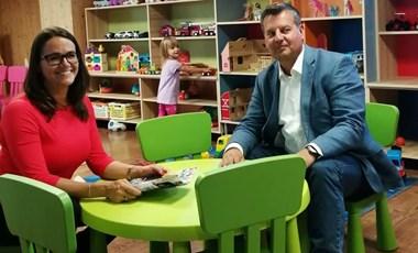 Fideszes kampány: Novák Katalin államtitkár és Klausmann Viktor polgármesterjelölt gyerekjátékok között interjúvolták meg egymást