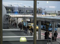 A sanghaji gép utasai a repülőn vártak, míg vizsgálták a lázas pilótát
