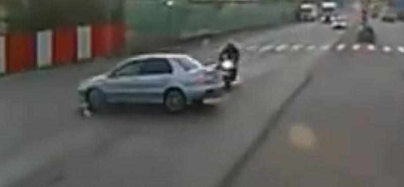 Ilyen, amikor mázlija van a motorosnak egy necces helyzetben - videó