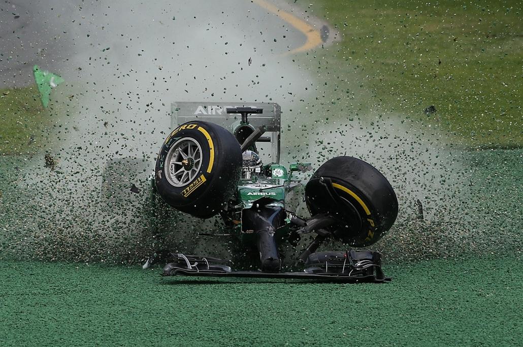 Melbourne, Ausztrália: Kamui Kobayashi az évadnyitó Ausztrál Nagydíjon történt technikai hibája után: a japán versenyzőnek Felipe Massát sikerült összetörnie.