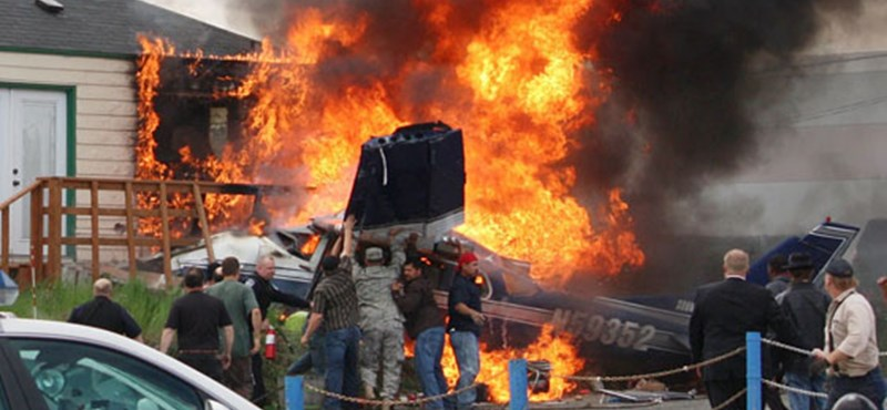 A nap képe: lángoló repülőgép zuhant a csúcsforgalomra