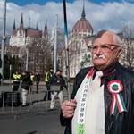 """""""Hagyó, talicskatoló"""" - tüntetők kiabáltak a zászlófelvonásnál"""