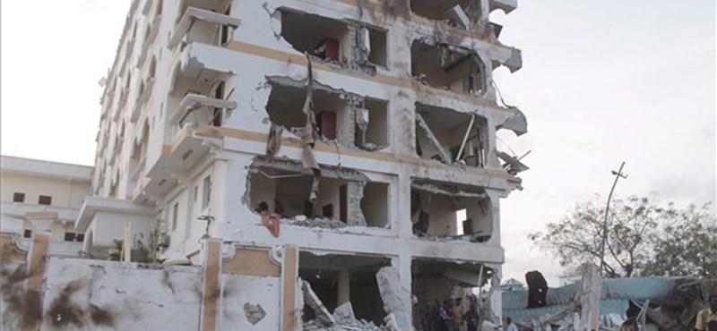 Fotó: durva robbantás egy szomáliai hotelnél