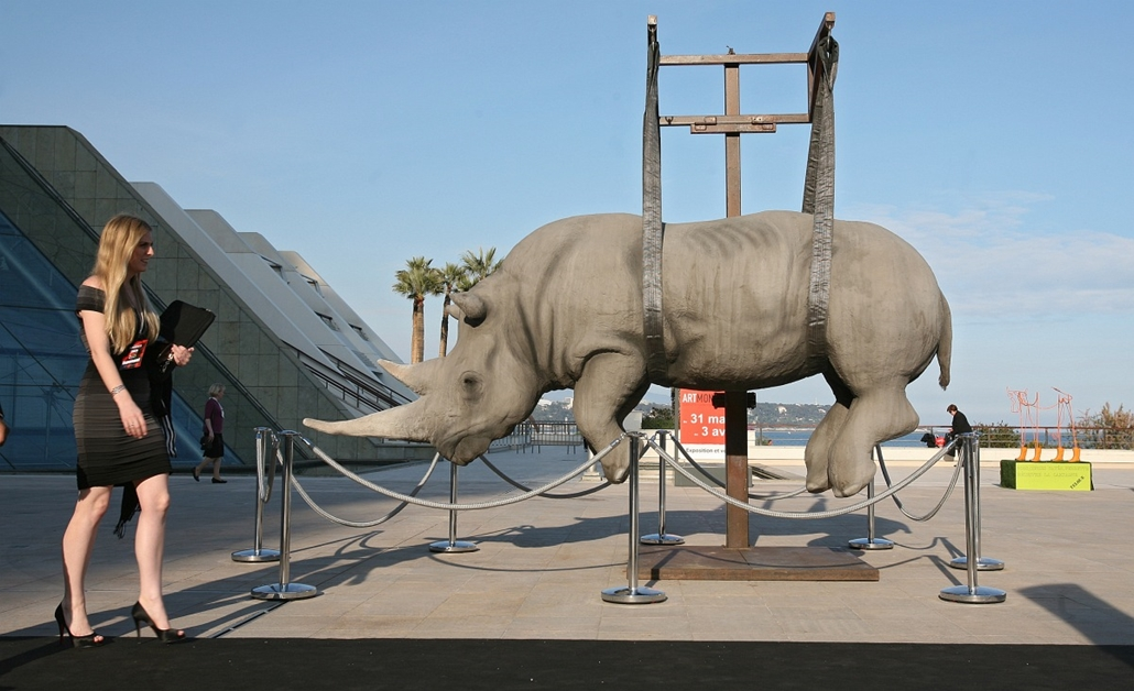 ''The monumental weight of the suspended time'' - az Stefano Bombardier installációja a Art Monaco 2011 kiállításán.
