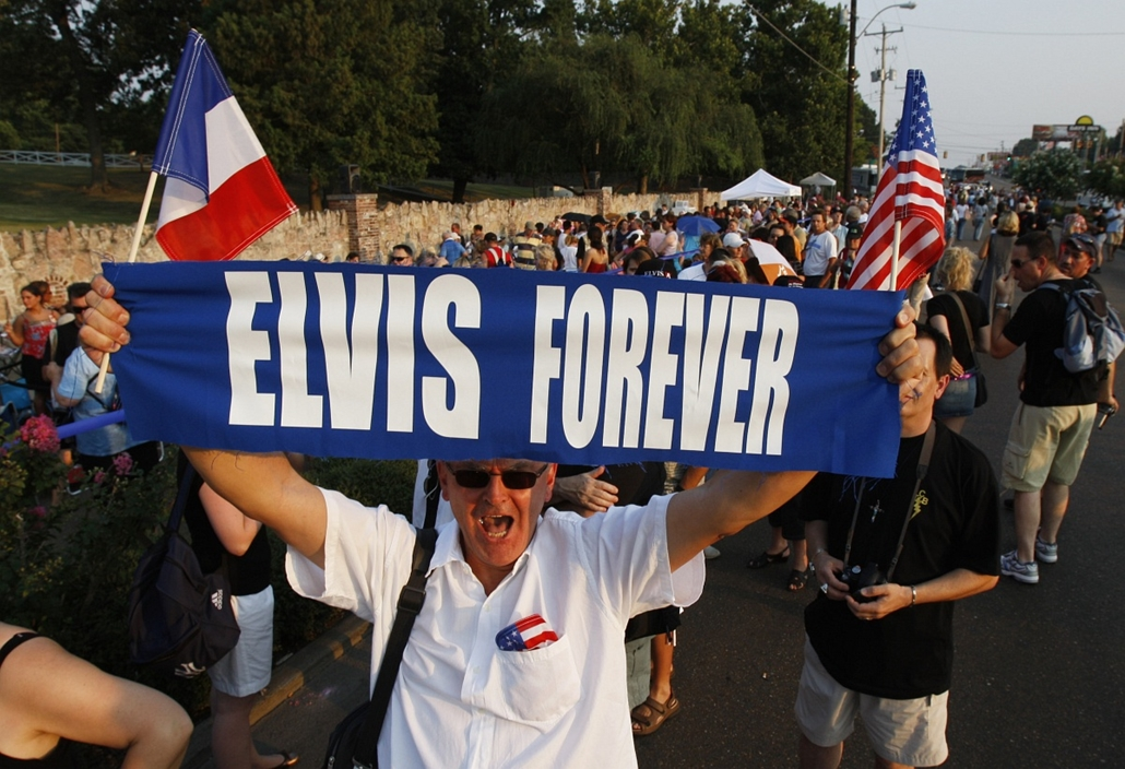 afp. Elvis Presley 80 nagyítás - 2007.08.16. UNITED STATES, MEMPHIS : Elvis Presley fan Orlando Bruno of Paris, France holds up his sign as he waits in line to visit Presley's gravesite on the eve of the 30th anniversary of Presley's death, 15 August 2007