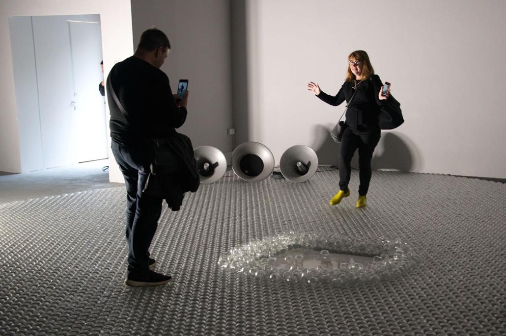 kka. Nagyítás 58. Velencei Biennálé A görögök egy poharakból álló átlátszó üvegszőnyegre invitálják a látogatókat