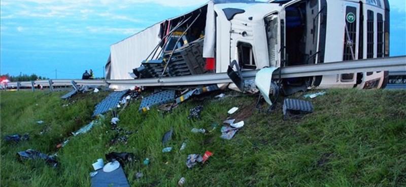 Felborult egy kamion az M5-ösön - egy ember meghalt