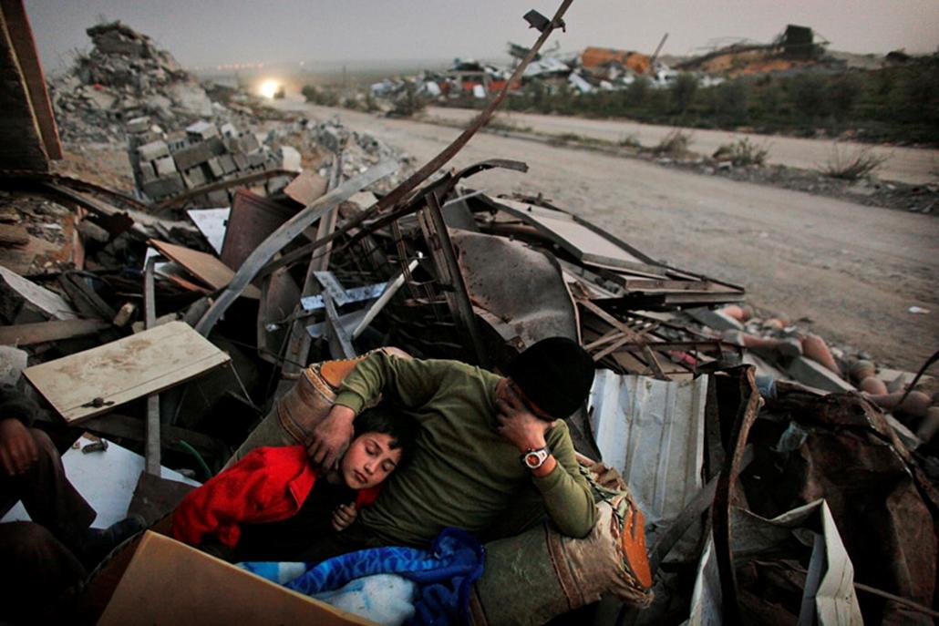 A palesztin Hamouda család otthonának romjain fekszik egy szétlőtt városrészben a Gázai övezetben.