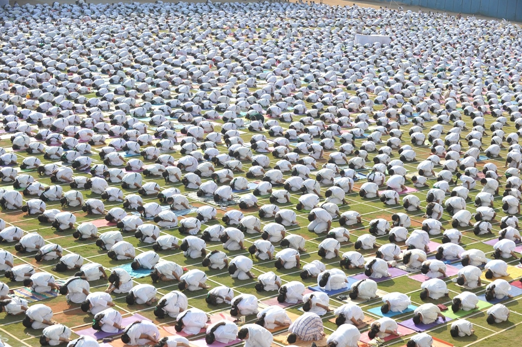 afp. hét képei - 2014.10.20. Hyderabad, India, tömeges jóga, Indian students of Delhi Public School perform yoga in Hyderabad on October 20, 2014. Nearly 5000 students including teachers perform seven yogic postures, with religious prayers for world harmo