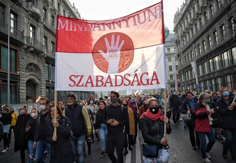 Több mint tízezren vonulnak végig Budapesten az SZFE hallgatóinak hívására - Kövesse élőben velünk!