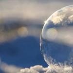 Elképesztő videó az extrém hidegben: gyönyörű látvány a fagyott szappanbuborék