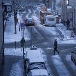A II. kerületben ma senkit nem bírságolnak a parkolóőrök, inkább mindenki havat lapátol