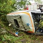 Fotó az árokba sodródott mentőautóról