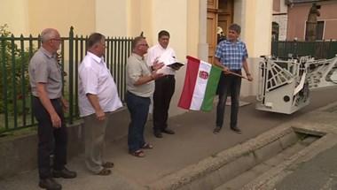 Ünnepélyes keretek közt avatott fel egy zászlótartót az ózdi Fidesz