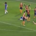 Koponyatörés lett a rémisztő fejelésből az angol bajnokságban - videó