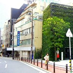 Zöld kerékpártároló Japánban