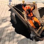 Beszakadt az útburkolat Dél-Koreában, elnyelt egy villás targoncát