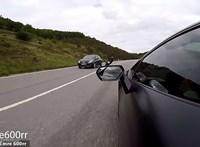 Egy Lamborghinivel kergetőzik a motoros, és ahogyan lenni szokott, jön az a bizonyos hiba – videó