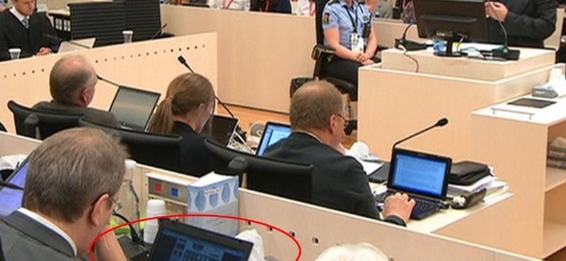 Fotó: pasziánszozott Breivik perén az egyik ülnök