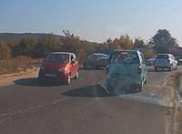 A nap videója: kis Matiz rossz irányban a 10-es úti körforgalomban