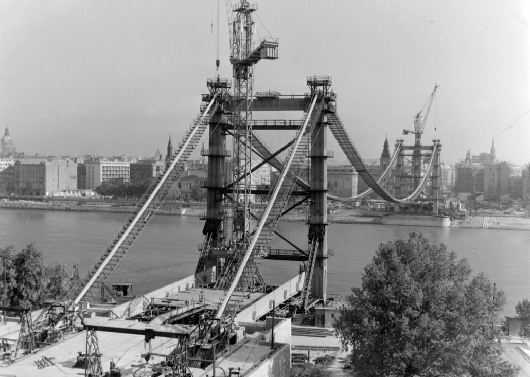 fortepan_! 1963. - Az épülő Erzsébet híd a Gellérthegyről nézve. - Erzsébet híd,nagyítás
