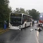 Fotók: Felismerhetetlenre törte a Polót a dobogókői busz