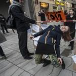 Képek: a Kálvin téren limbóztak az egyetemfoglaló diákok