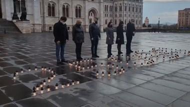 Mécsesekkel emlékezett az ellenzék a járvány 25 000 áldozatára a parlamentnél