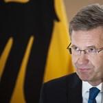 Schmitt Pál vigasztalta a botrányaiba belebukott német ex-elnököt