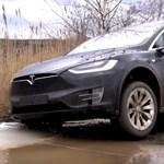 Videó: terepezni, sarat dagasztani vitték a Tesla Model X-et