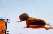 Egyszer csak feltűnt egy kisgyerek a biztonsági átvilágító képernyőjén (videó)