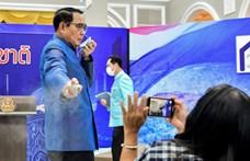 A kérdés megválaszolása helyett inkább fertőtlenítőt fújt a thai miniszterelnök az újságírókra