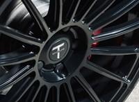 Tesla a benzinkúton - sikerült megtankolni, videó a mutatványról