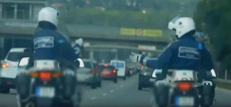 Fegyelmit indítottak az M7-esen menet közben kő-papír-ollózó motoros rendőrök ellen