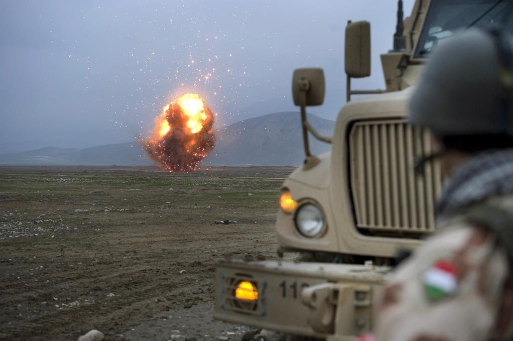 magyar katonák afganisztánban - Magyar tűzszerész katonák a PRT lejárt, légi szállításra alkalmatlan lőszereinek és egyéb, házilag robbantásra alkalmassá tehető eszközeinek megsemmisítését végzik az afganisztáni Kilaghaj közelében