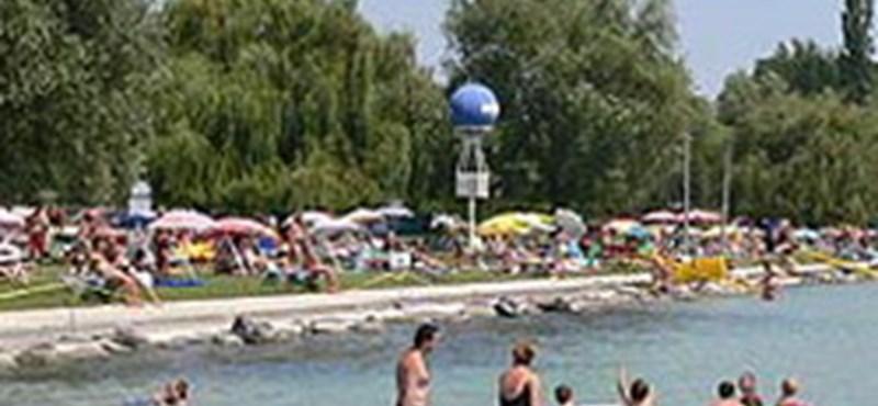 Balatonalmádiban megnyílt az első strandkönyvtár