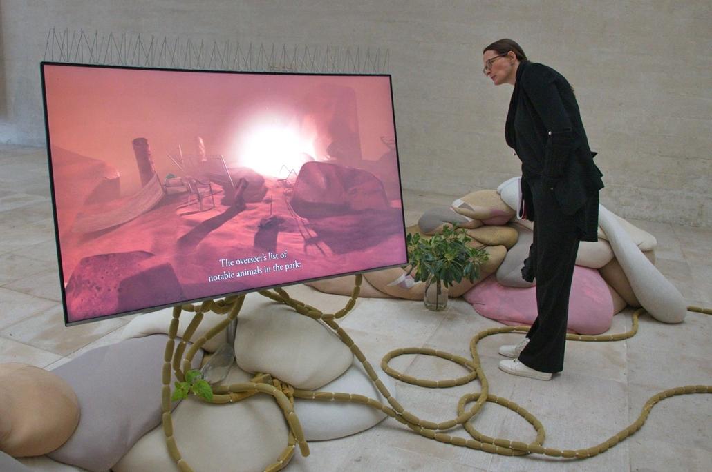 kka. Nagyítás 58. Velencei Biennálé Az ez alkalommal összevont svéd, novég, finn pavilonban az éghajlatváltozás miatt kényszerűen átalakuló mikroorganizmusok életébe pillanthatunk be