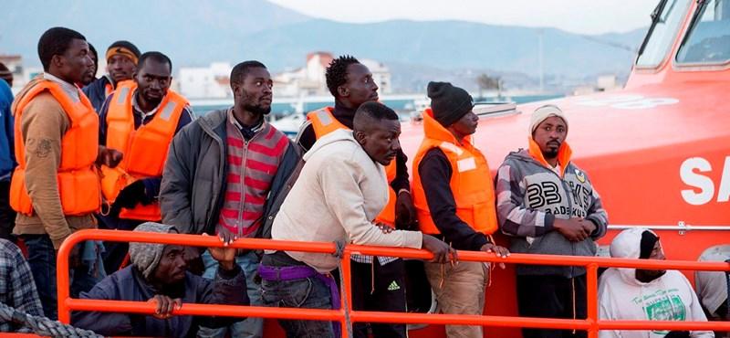 Több mint négyszáz embert mentettek ki a tengerből a spanyol hatóságok