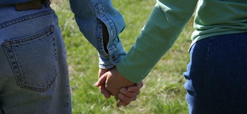 A puszi és a kézfogás is tilos lesz az iskolákban - ez az új trend