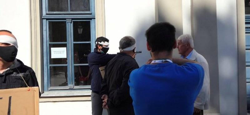 Fegyvert rántott egy Dobrev ellen tüntető férfi az egri kampányrendezvényen