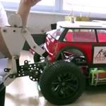 Videó: ilyen, ha egy műszakis megpiszkál egy távirányítású autót