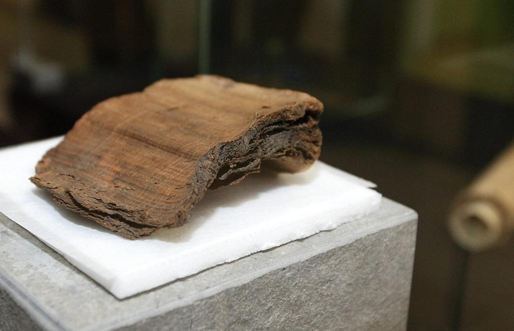 Tongeren, Belgium - 2007. november 7. - papirusz-kódex egy európai papirusztekercsekről szóló konferencia sajtótájékoztatóján - könyv világnapja nagyítás