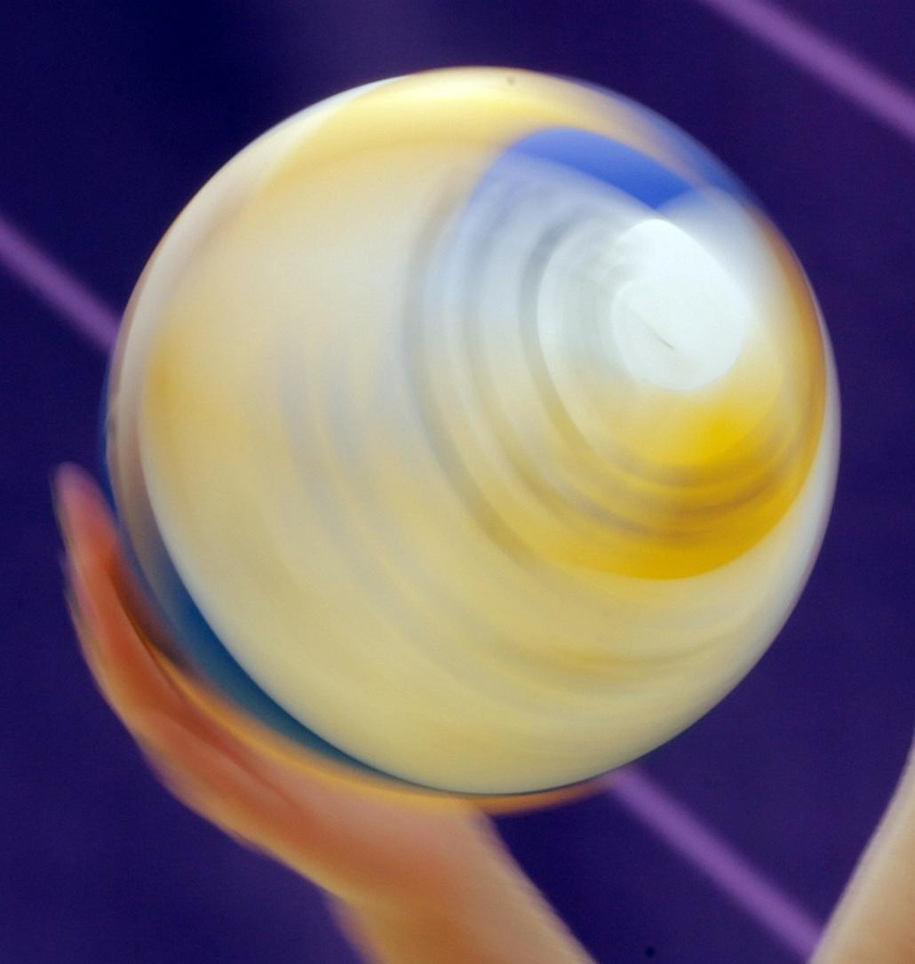 Pörgő röplabda egy amerikai játékos kezében