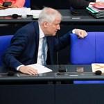 Szerepcsere Németországban, most Seehofer védi a menekülteket