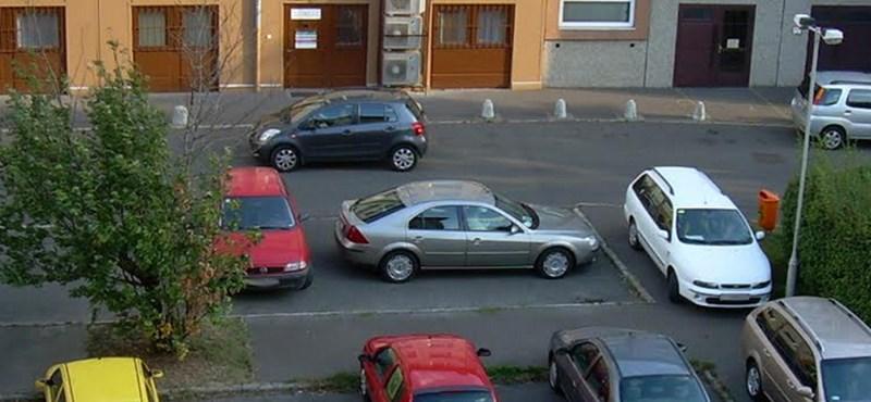 A nap fotója: a lakótelepi parkolás új bajnoka